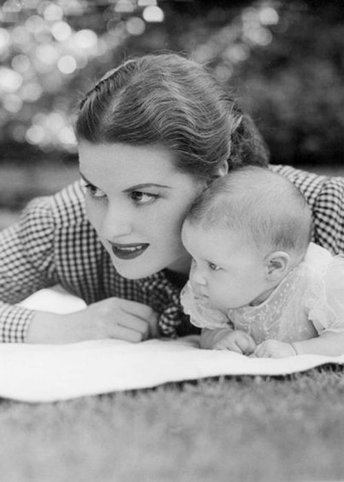 Maureen O'Hara with daughter Bronwyn.....Later that year, O'Hara married American film director William Houston Price (dialog director in The Hunchback of Notre Dame), but the union ended in 1953, reportedly as a result of his alcohol abuse. They had one child in 1944, a daughter named Bronwyn FitzSimons Price. Bronwyn has one son, Conor Beau FitzSimons, who was born on September 8, 1970.