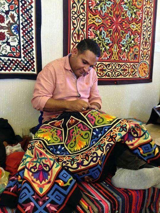 Que magnífico. El talentoso artesano y sus mágicas obras maestras. Photo: Mahmoud Hassan. Shared by Edith Cruz