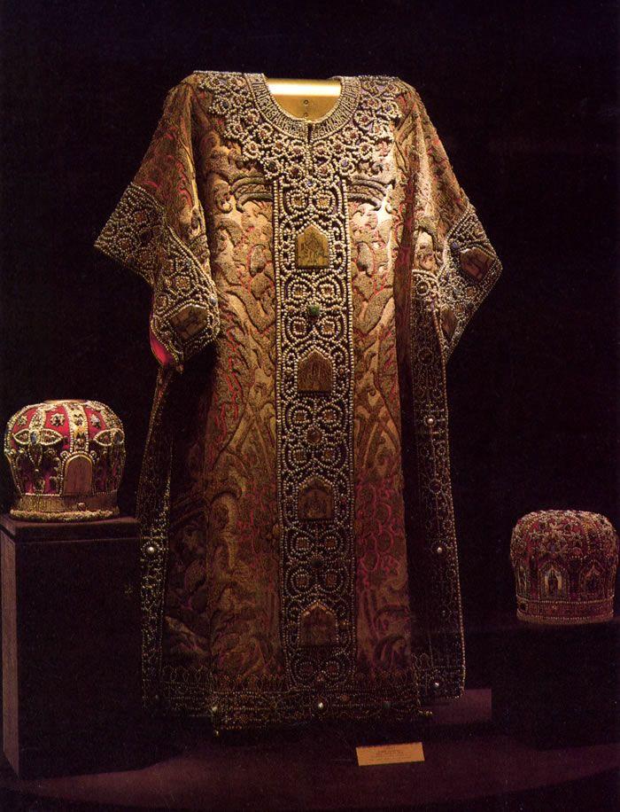 Dalmatica del XVII secolo in velluto a rilievi con decori in oro, argento e pietre preziose.