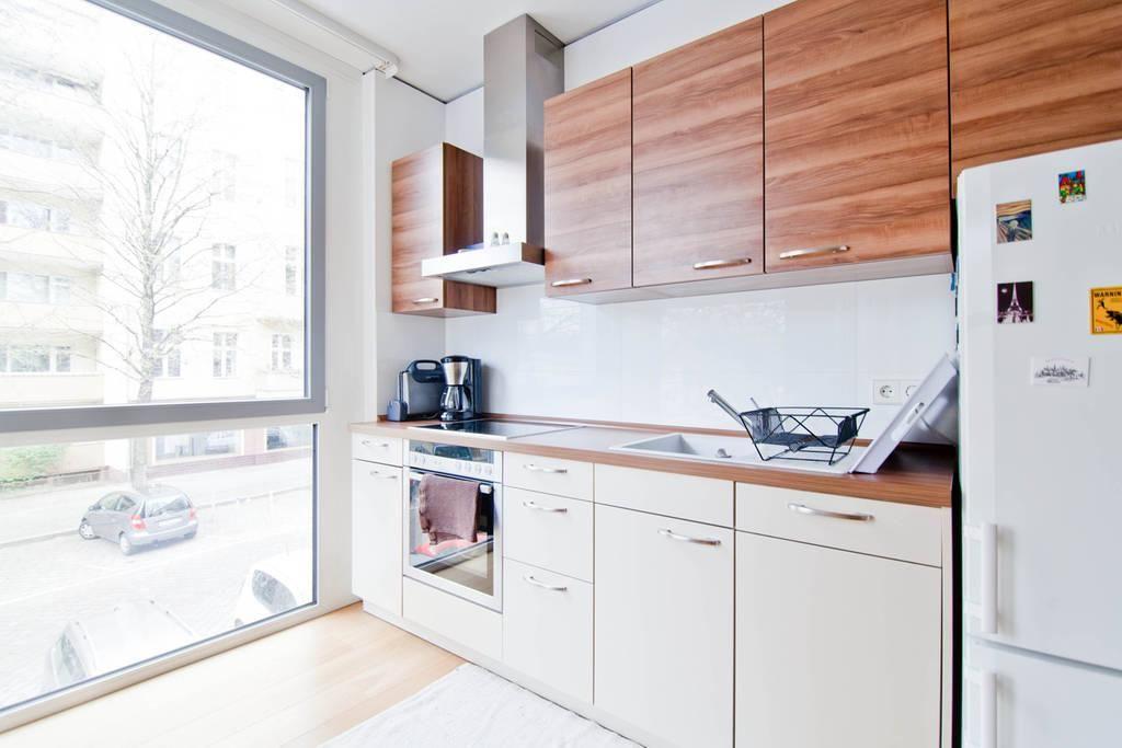 Schön eingerichtete, moderne Küche mit Fronten in Creme und