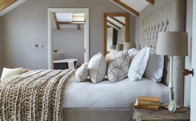 Schlafzimmerschrank Landhausstil ~ Landhausstil schlafzimmer holzbalken und hellgrauer teppichboden