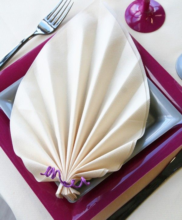 Ce pliage de serviette en forme de feuille de palmier est particuli rement l - Serviette de table pliage ...