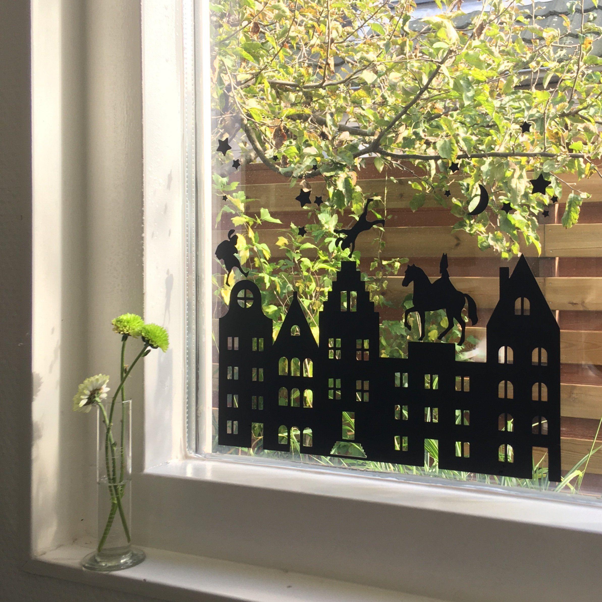 raamsticker | Sinterklaas en Piet | 5 december | feestdagen | raamdecoratie | grachtenpand | sterren maan