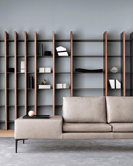 Come arredare la parete dietro il divano con librerie for Divano con mobile incorporato