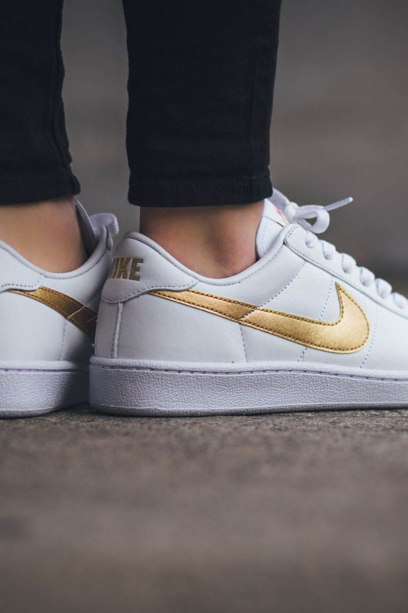 the best attitude bc2d8 83597 NIKE wmns Tennis Classic in White   Metallic Gold