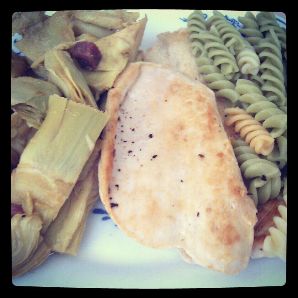 Alcachofas con jamón, pechuga de pollo y pasta.