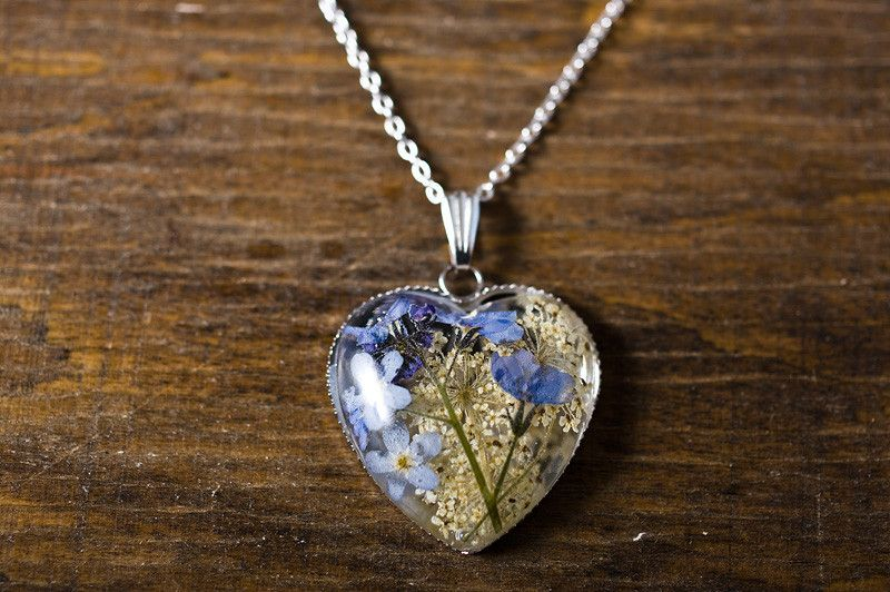 Collane - Heart shape resin necklace with forget-me-nots - un prodotto unico di SoRepublic su DaWanda