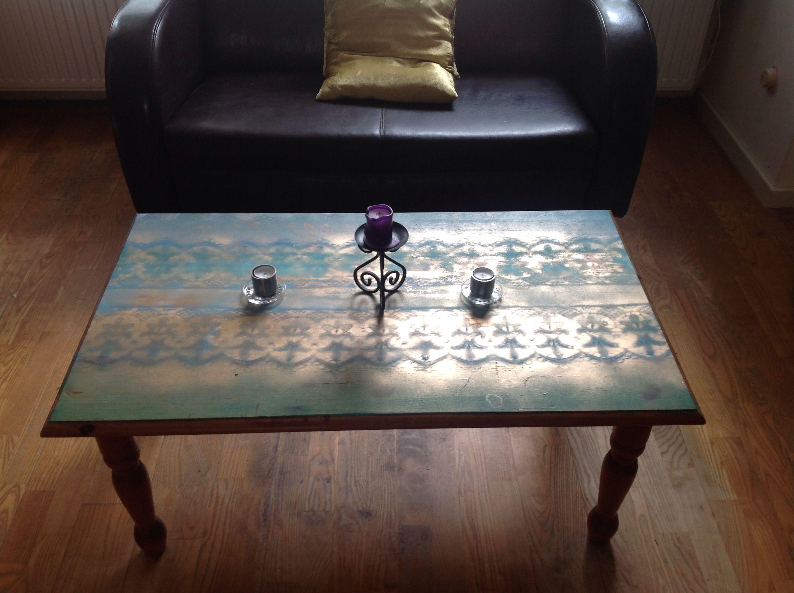 Oude salontafel opgepimpt met blauwe en groene verf, daarna gesjabloneerd met kanten gordijn en busje goudverf