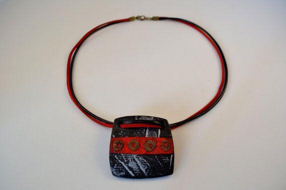 Colar preto e vermelho com texturas em papel de aguarela