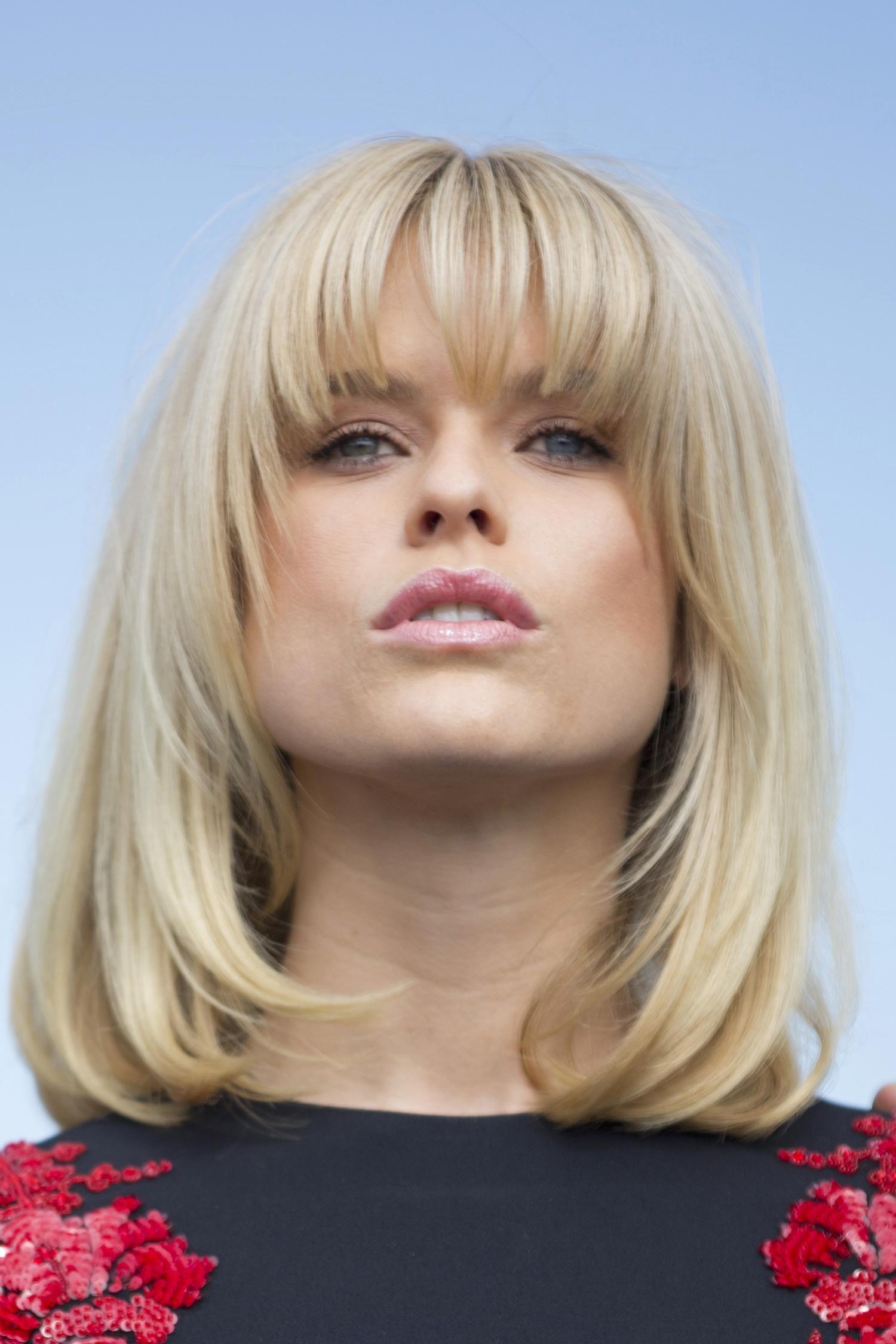 10 Celeb Inspired Medium Haircuts That Work For Straight Hair