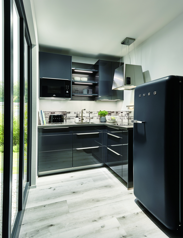 Hoogglans zwarte keuken met #Smeg koelkast. Kleine keuken in ...