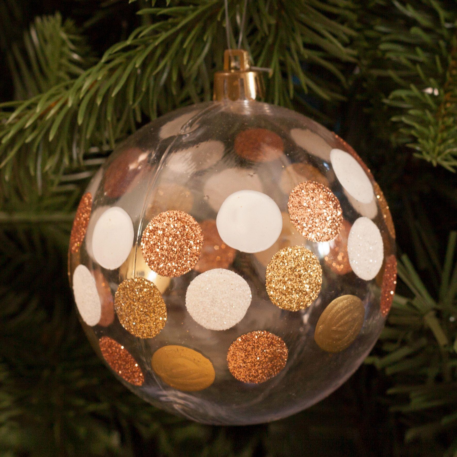 Idee Deco Boule Plastique Transparente Noel boule de noel en plastique transparent et pois cuivrés