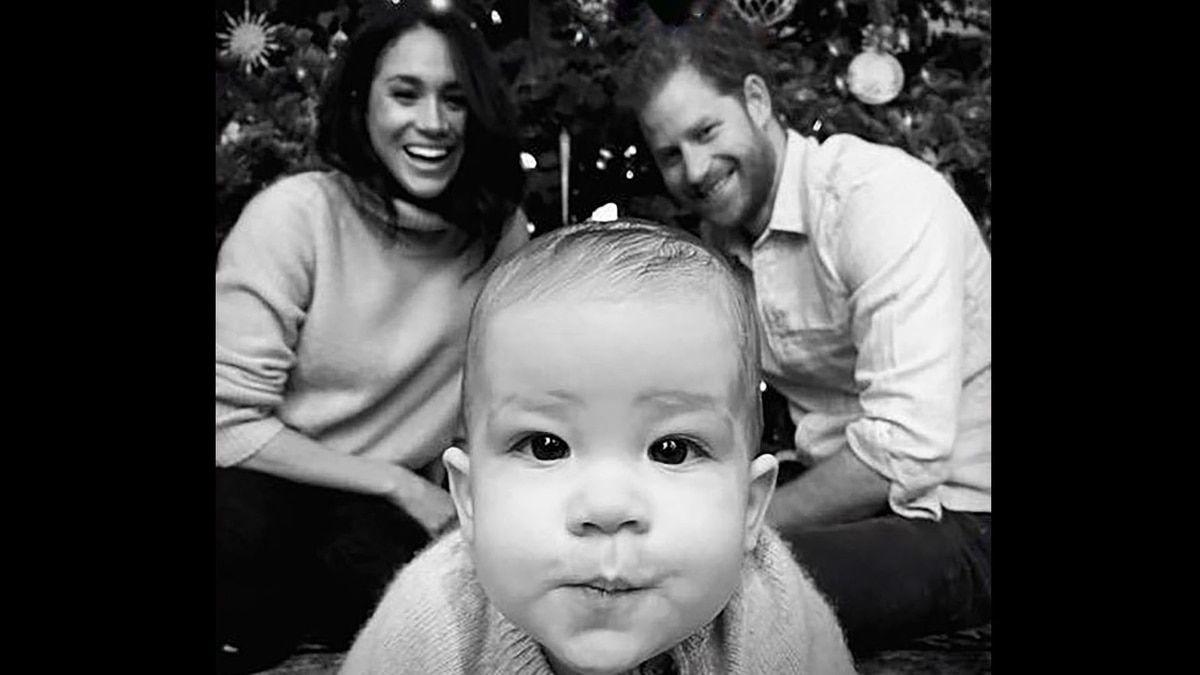 Tras el duro mensaje de la reina Isabel II, Meghan Markle fue acusada de editar la foto navideña con Archie y Harry | Reina isabel, Editar fotos, Meghan markle