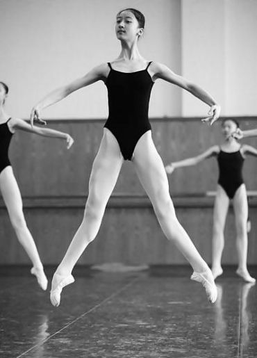 Echappe Saute A La Seconde Escaping Jump To 2nd Feel The Legs Fully Stretch And Open To 2nd At The Height Of The Ballet Ballet Inspiration Ballet Beautiful