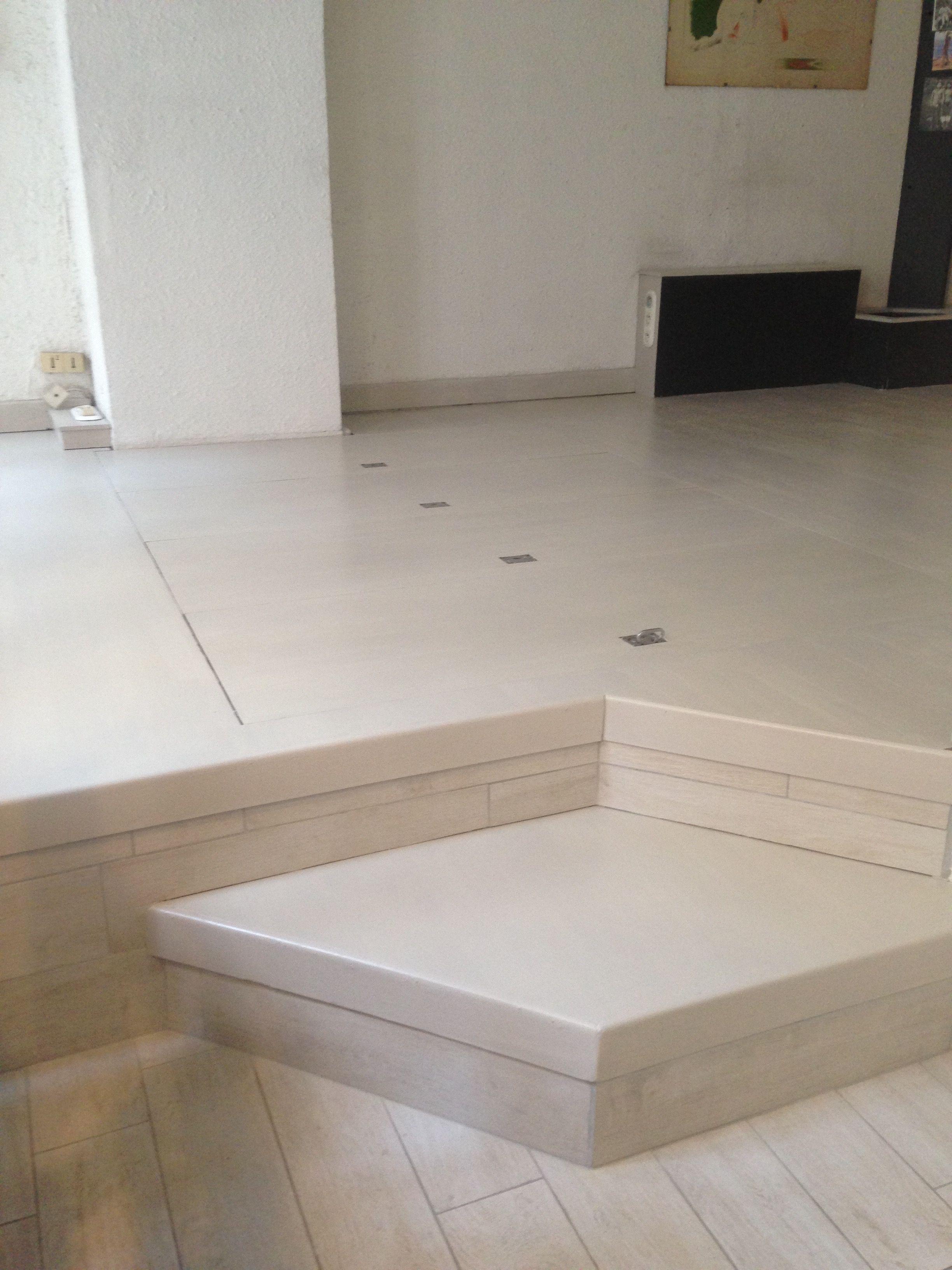 parquet vitrifié blanchi en raccord avec le carrelage effet bois