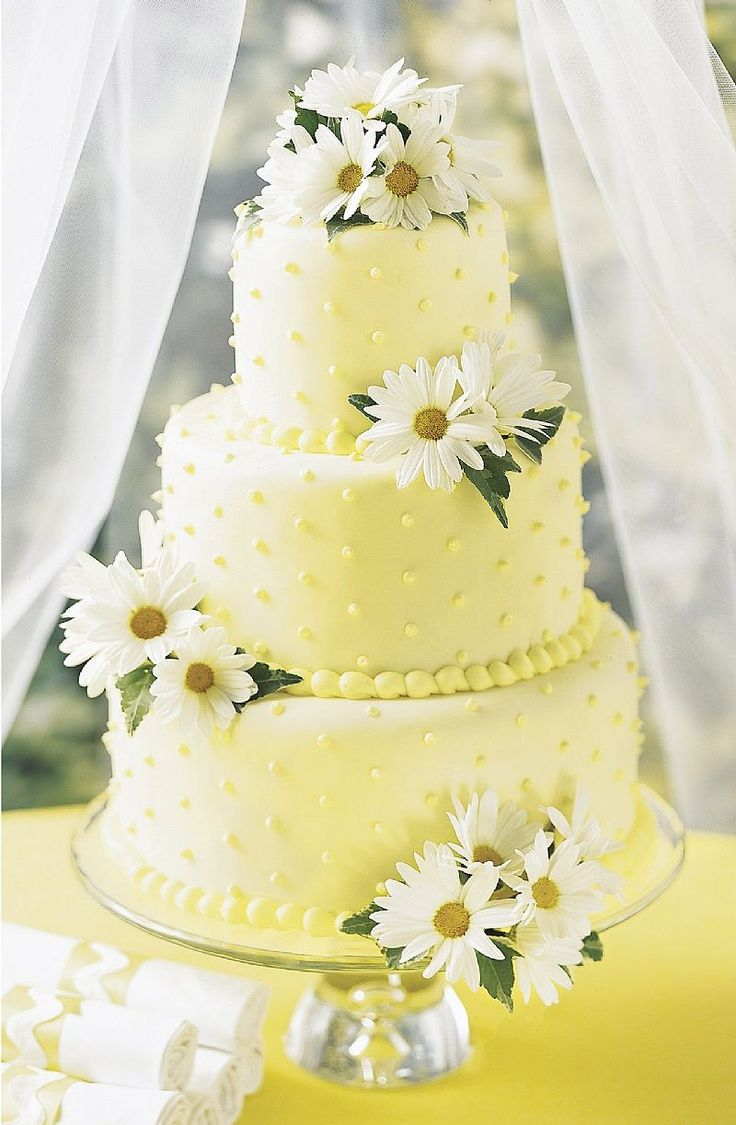 Sweet summertime wedding cake decorated with daisies | Wedding Cakes ...