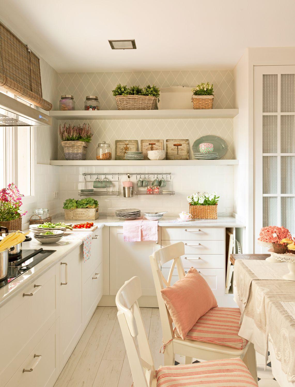 Cocina rústica en blanco con baldosas blancas y papel pintado a ...