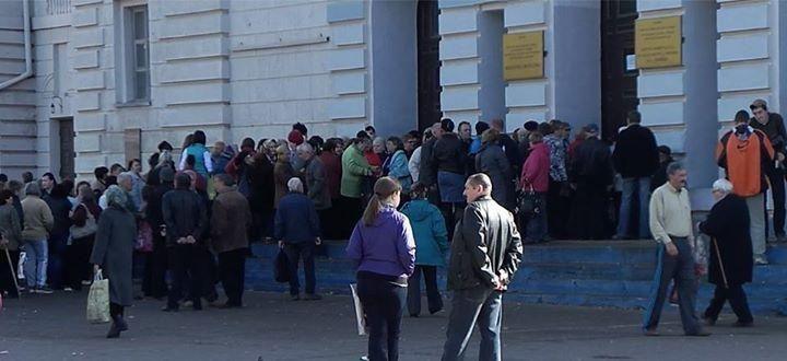 """Как """"хорошо"""" в Донецке жить: очередь за кашей занимают с 6 утра. ДК имени Франко"""