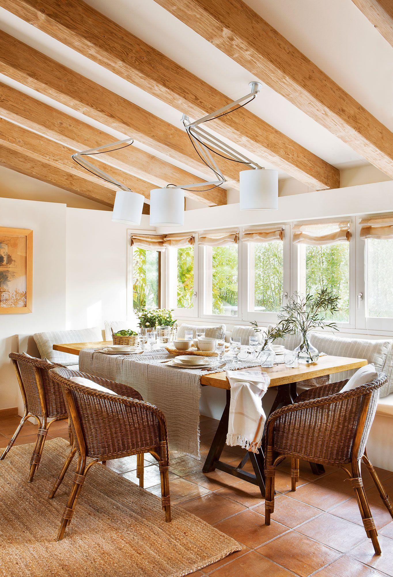 Comedor con vigas de madera sillas de fibras y banco