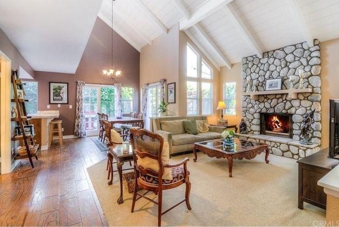 ein schönes wohnzimmer mit laminat boden kamin dachwohnung, Wohnzimmer