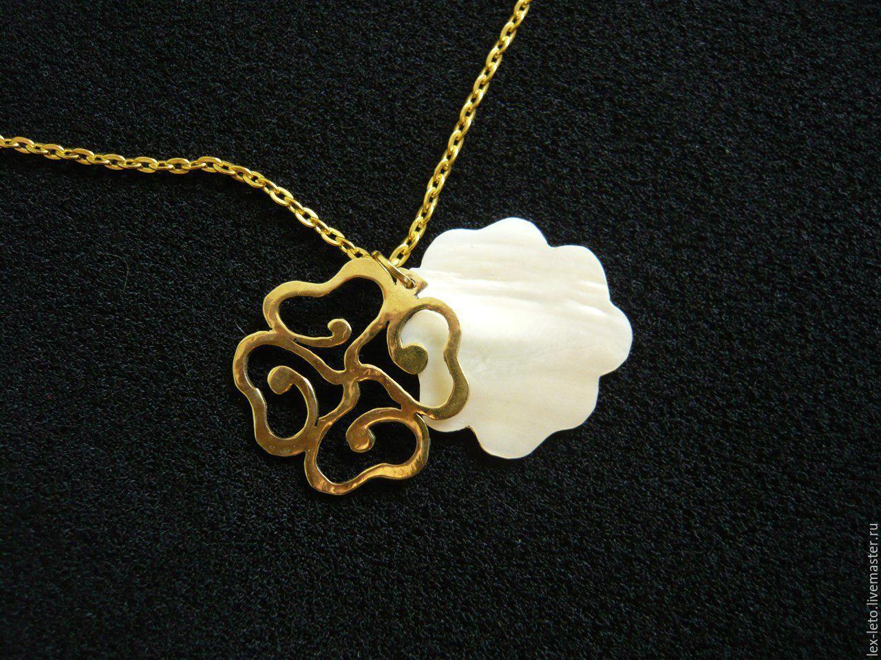 """Купить Подвеска """"Лист клевера"""" - комбинированный, золотой, пермаутровый, пермамутр, латунь, подвеска, кулон, клевер"""