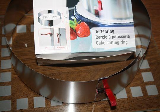 Tortenring mit Klemmhebel. Nix verrutscht mehr.  Den Tortenring gibt es im neuen Onlineshop von Lares: http://shop.lares-gmbh.de/