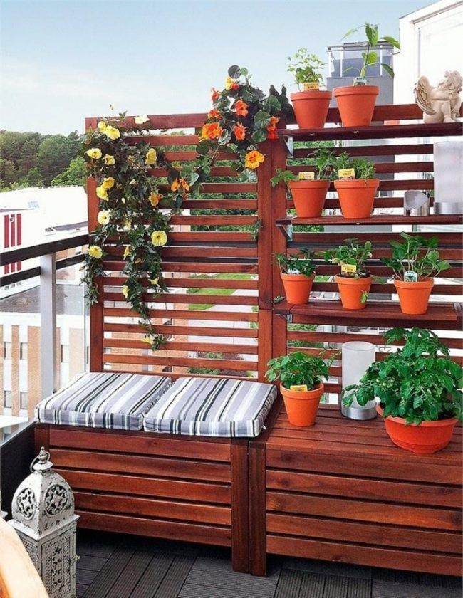 balkon-gestaltung-sichtschutz-sitzbank-einem-pflanzen #balkonideen