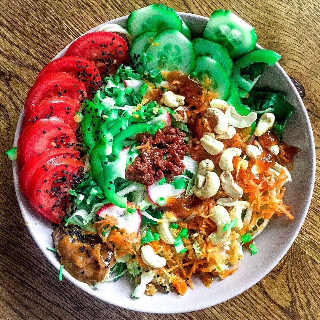 RawDay 😎  #everbowl #weganizmjestprosty #żrętrawę #allforcolor #colorave #vegansuisse #wiosnanatalerzu #eatingheathy #gardenbowl #veganbowlsforvegansouls #vegancolors #veganfooodshare #veganlunchtime #veganplatter #veganspot #vegetablebowl  #raisingvegan #surowadieta #frutarianizm #foodcombo #allveggie #fruitandgreens #weganizujemy #surowejedzenie #greensalat #vegandream #eatrainbows #eatfoodnotcalories #everybodybevegan #livekindlyco