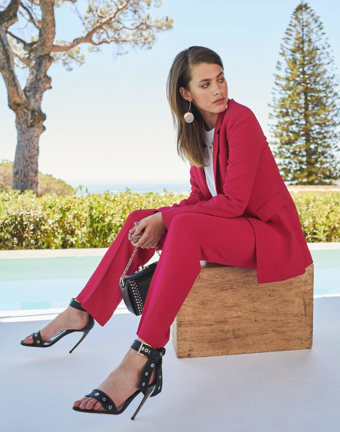 Klassisch, zeitlos und elegant, und wir lieben die Kombination mit einem hosenanzug rot und schwarz finish Zubehör. Was denken sie darüber? #breuninger #womensfashion #thinkpink Zeitlos, zeitlos und elegant, und wir lieben die Verknüpfung von roten hosenanzug …