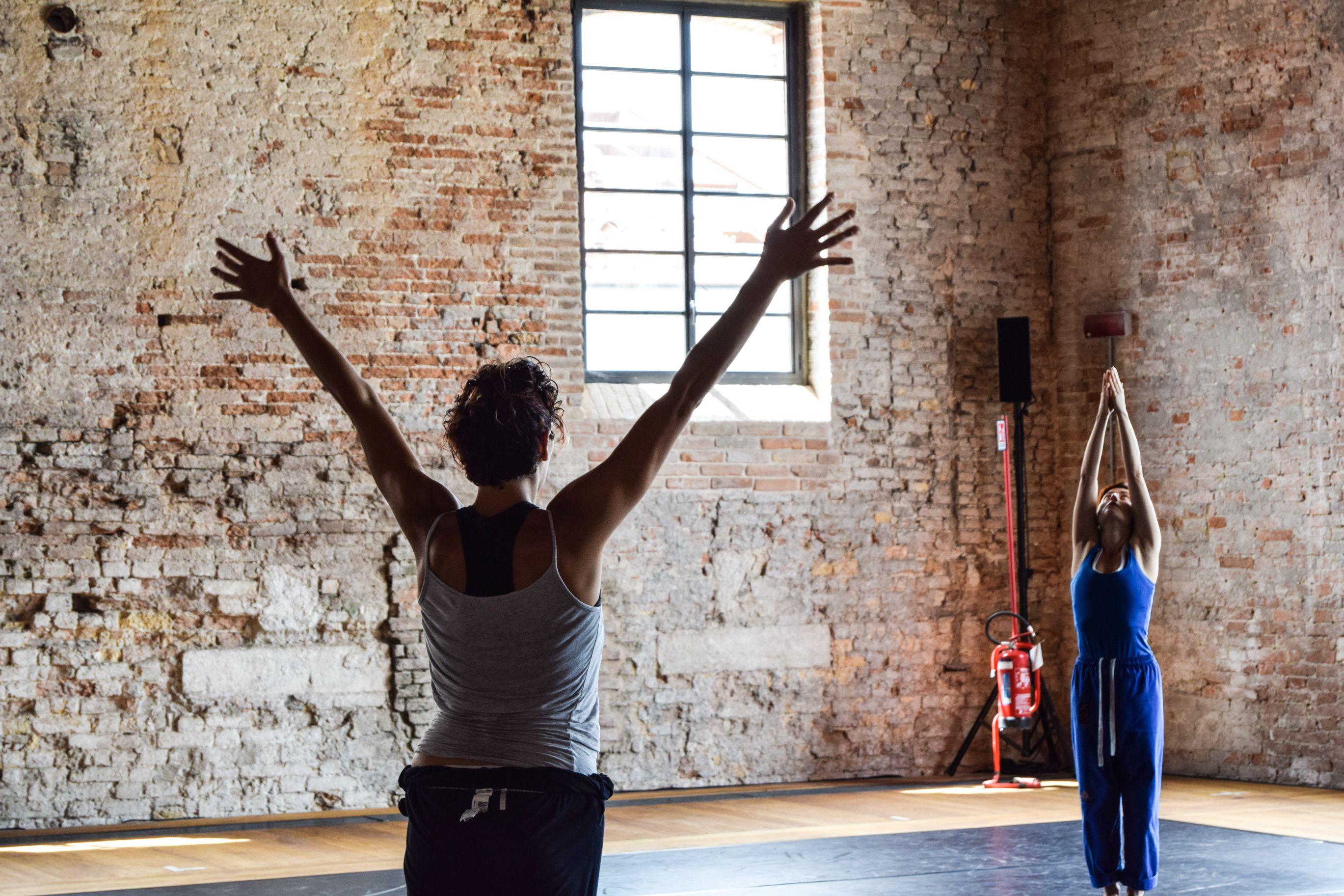 """Negli spazi dell'Arsenale: prove di """"Conoscenza della Non Conoscenza"""", coreografia di Adriana Borriello. Ph. Michelle Davis"""