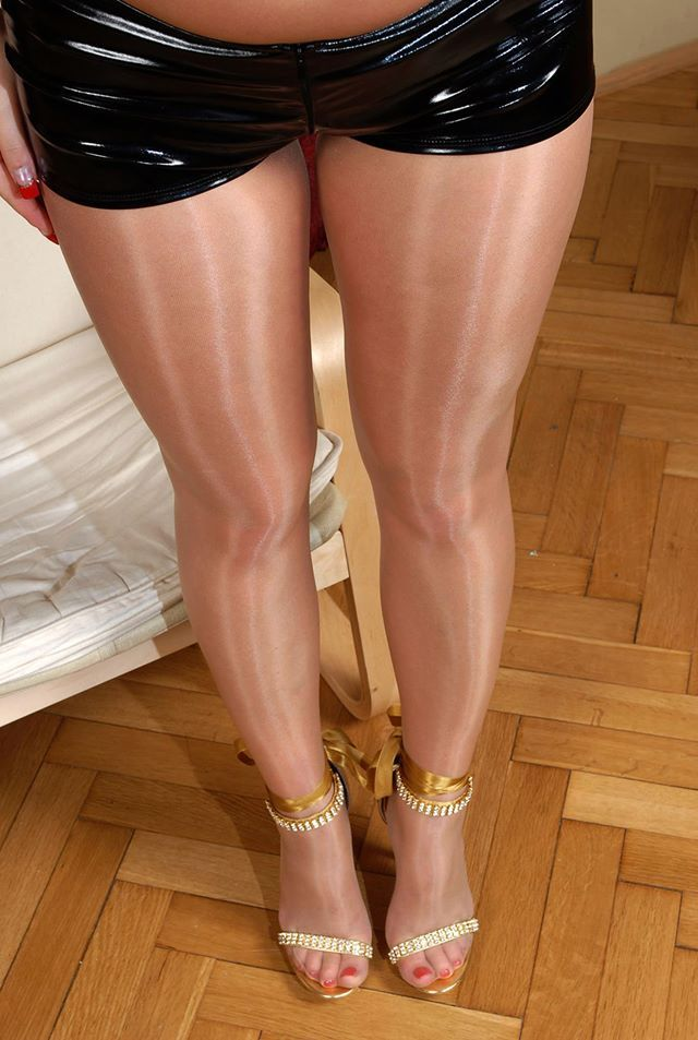 Frauen in glanzstrumpfhosen