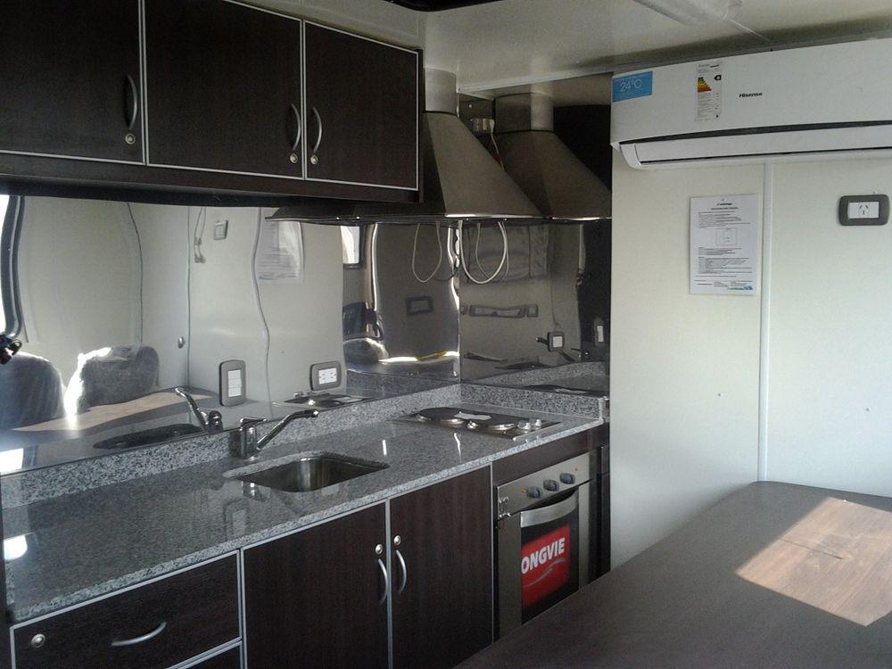 El equipo cuenta con una cocina completamente equipada.