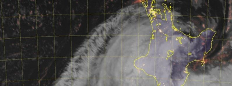"""Ex-cyclone """"Cook"""" slams into New Zealand, thousands without power"""