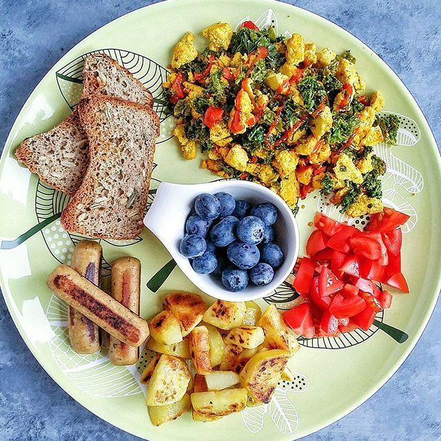 My sunday brunch platter  Crispy potatoes, tofu scramble with kale and red pepper, tofu sausages, fresh tomato, fermented buckwheat bread and fresh blueberries   #vegan #vegansk #vegetarian #vegetarisk #plantfood #plantbased #veganfoodshare #veganfood #meatfree #meatless #tofu #tofuscramble #tofusausage #kale #grønkål #potatohash #blueberries #blåbær #fermentedbread #buckwheat #boghvede #buckwheatbread #boghvedebrød #whatveganseat #brunch #breakfast #morgenmad
