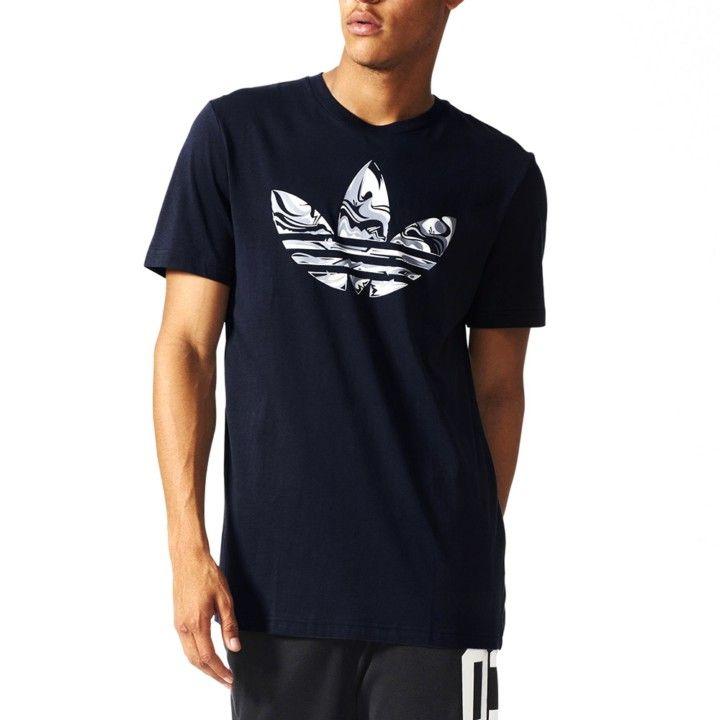 7aaaebbebb Camiseta Adidas Originals Magic Camo Tee en color azul marino para hombre.  Estampado frontal con el logtipo de la marca en el pecho en tonos grises.