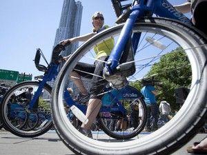 Um mês após implantação, bicicletas azuis tomam ruas de Nova York Sistema de aluguel tem 45 mil usuários anuais e 55 mil ocasionais. Adesão é alta apesar de preço elevado e aumento de trânsito em ciclovias.