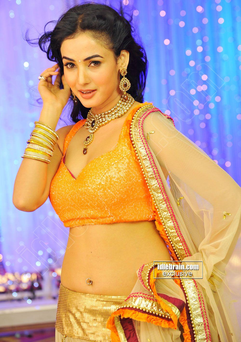Jyothika traditional sari at shobi wedding saree blouse patterns - Sonal Chauhan Hot Cleavy Navel Show
