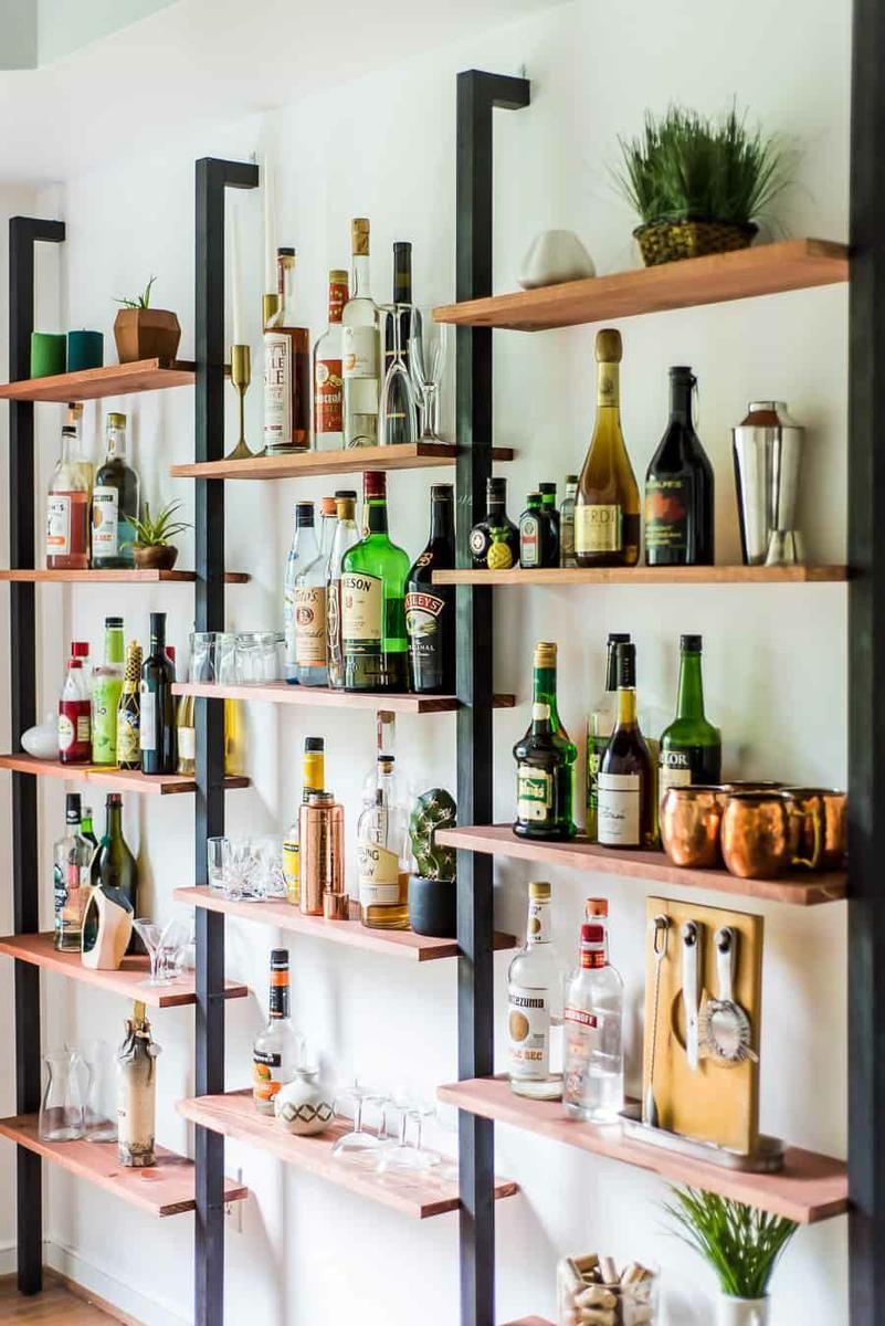 10 Estanterias Originales Para Decorar Tus Paredes Estanteria De Bar Decoracion De Bar De Casa Zonas De Bar En Casa