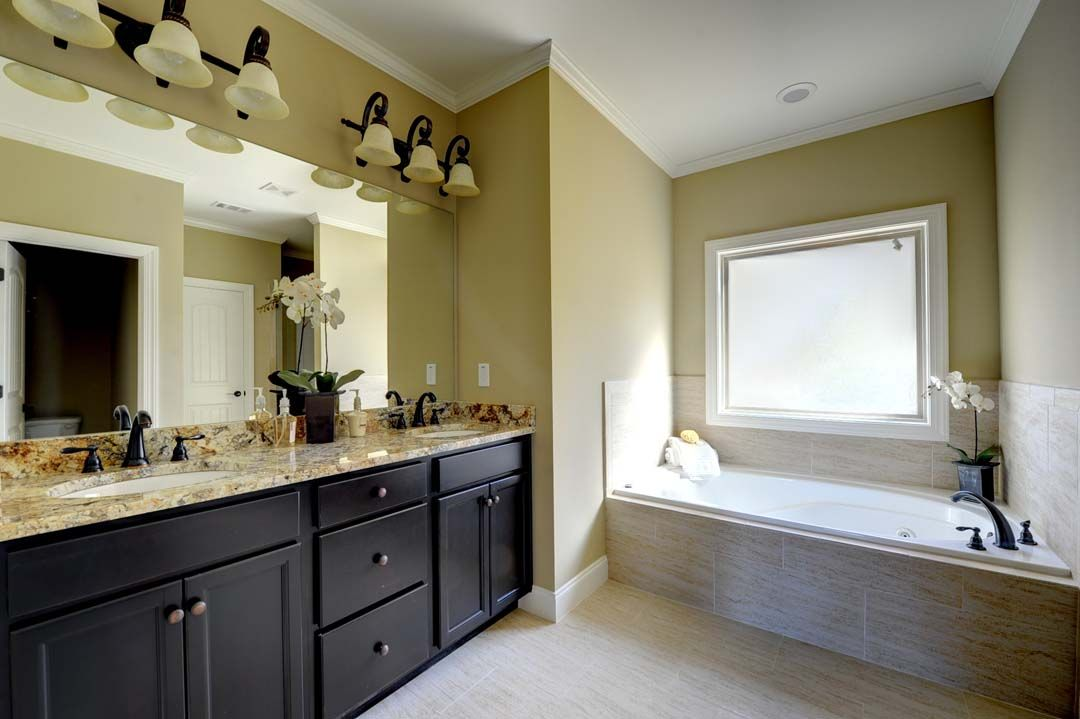 Best steps to paint your bathroom and make it 10 times for Steps to painting a bathroom