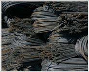 VARILLA (ACERO DE REFUERZO) También llamado acero de refuerzo se empezó a utilizar a finales del siglo XIX, y con ello se empezaron a hacer construcciones más altas y más fuertes. La varilla no es hierro tradicional sino una mezcla de diferentes elementos con hierro lo que se fabrica el acero, este acero debe tener dos características esenciales, la fortaleza y  la ductibilidad.  http://www.acerosapreciados.com.mx/