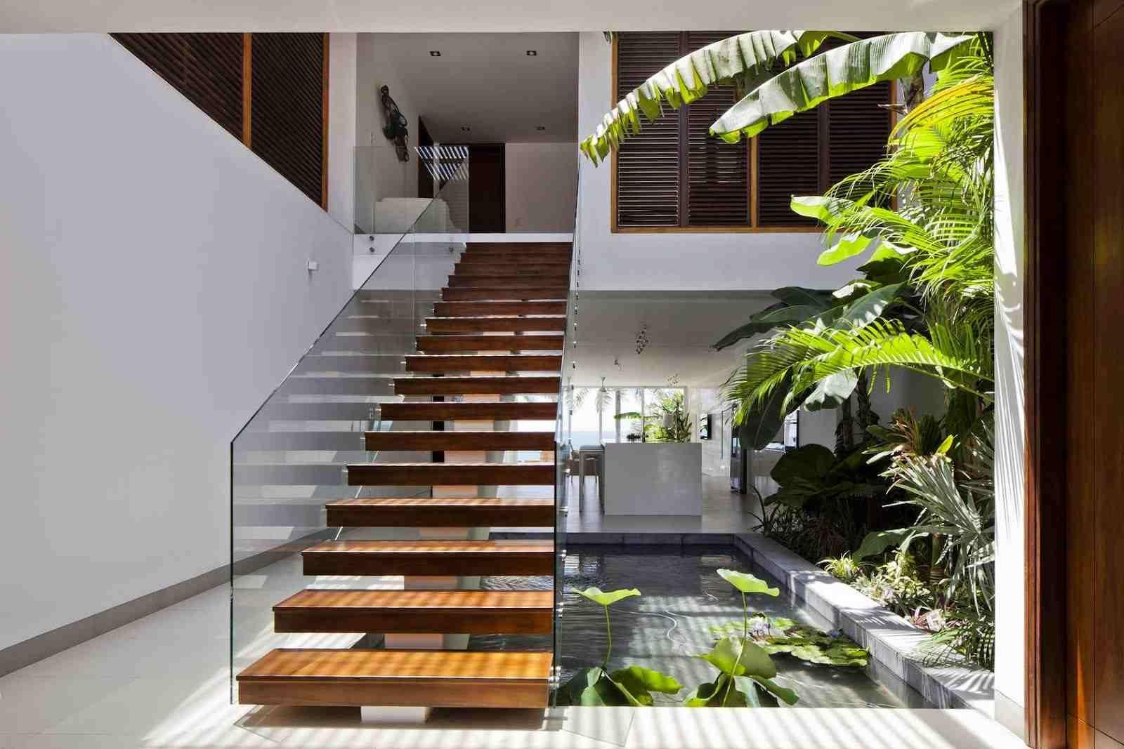 aménagement sous escalier avec un jardin intérieur, bassin d\'eau ...
