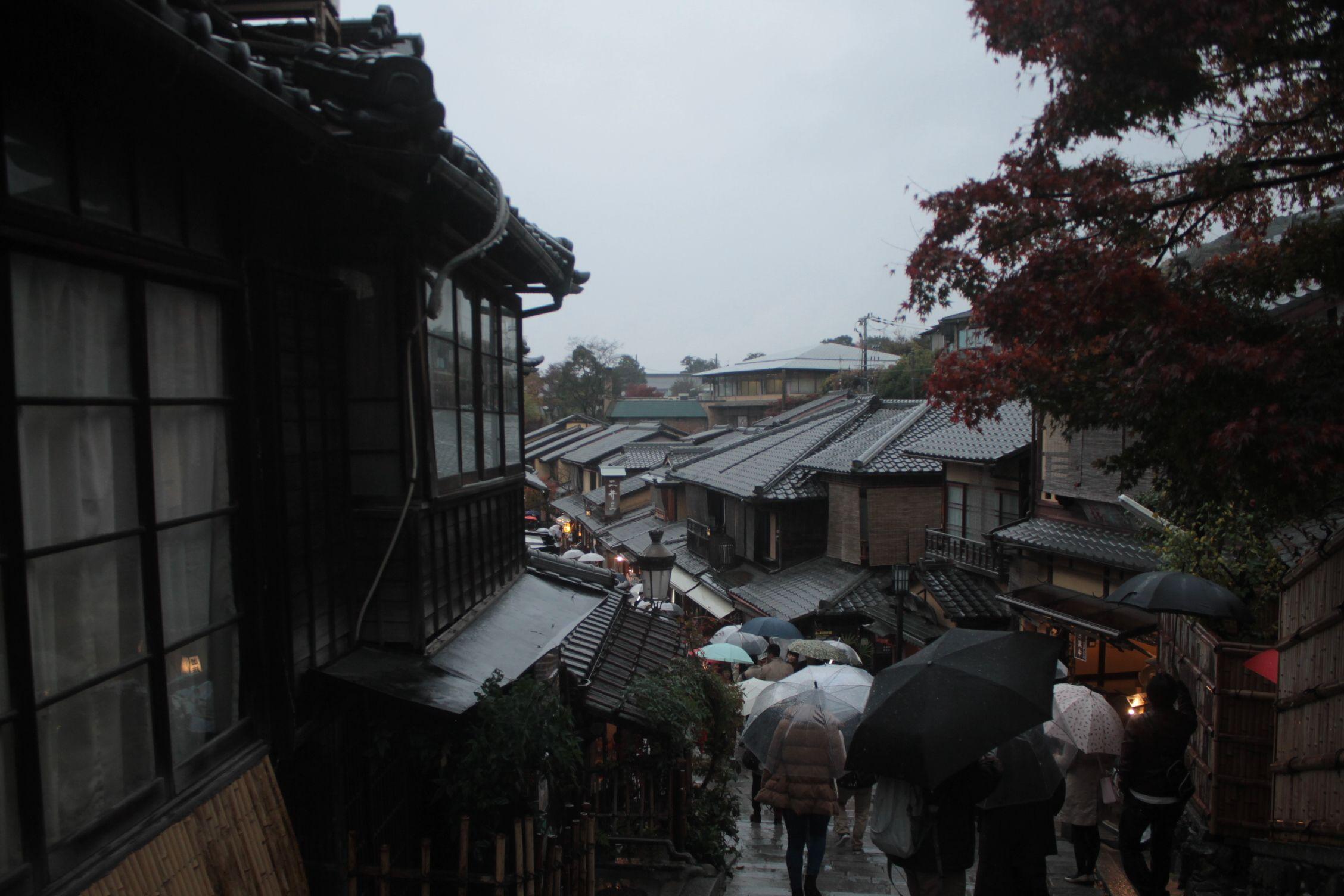 Calle Sannenzaka llena de paraguas