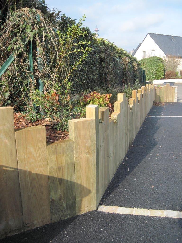 Muret De Retenue En Traverses De Bois Positionnees A La Verticale Bordure Jardin Bois Amenagement Jardin Bordure Jardin