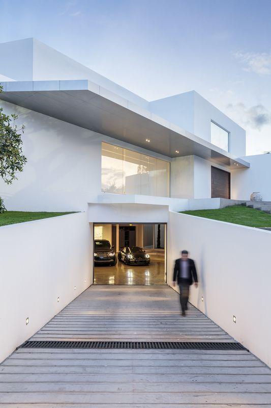Maison contemporaine en T au milieu de la verdure en Équateur