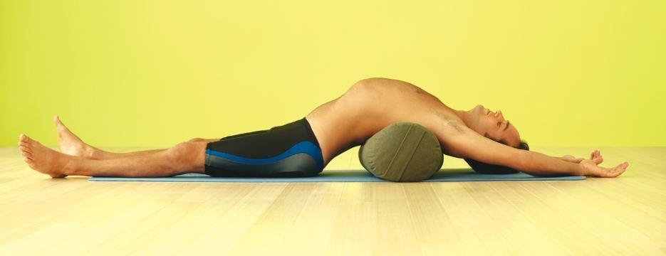 Cuscino Cilindrico Per Yoga.Sdraiati Sul Cuscino Cilindrico Collocandolo Sotto La Parte Toracica