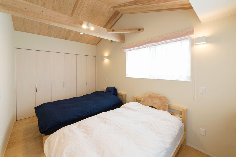 自然素材たっぷりの室内は癒しの空間としてご家族を優しく包んでくれます また ご夫婦 それぞれが選んだ家具の色合いがアクセントとなり 木を使いながらもすっきりお洒落にまとまった住まいをご提案させて頂きました