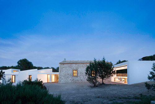 14_fachada-noroeste-con-porche-comedor-exterior-a-la-derecha-y-módulos-dormitorios-a-la-izquierda_8234_33_1_large