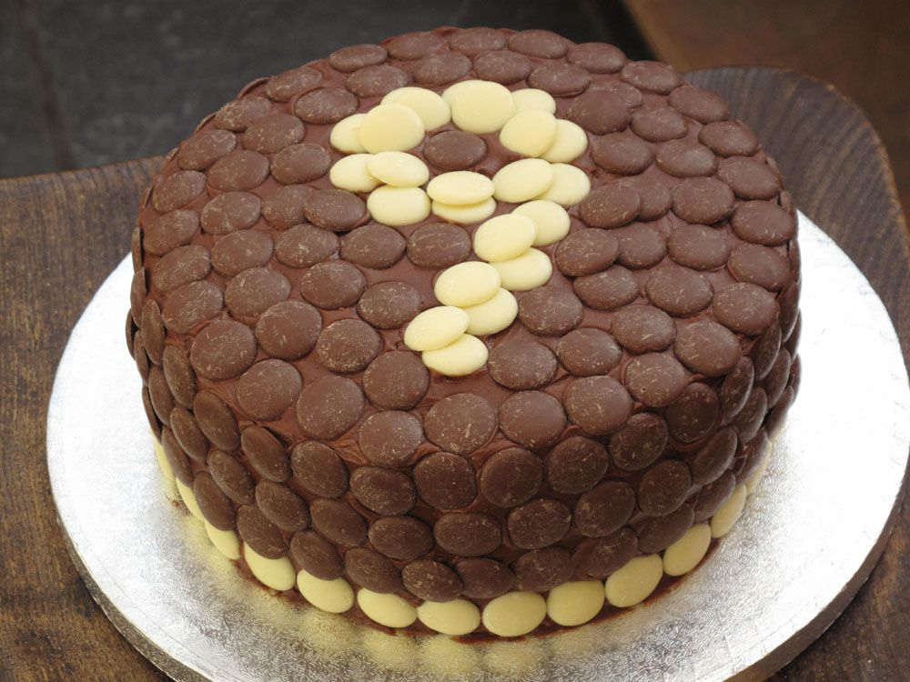 Cake with chocolate buttons. cakes Pinterest ...