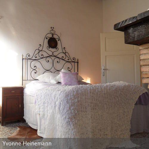 Das italienische Metallbett ist ein Fundstück und ein himmlisch romantischer Schlafplatz