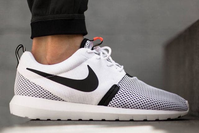 nike roshe run white with black dots